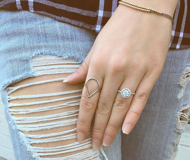 PERFECT PAIRING || Denim . Plaid . Delicate Everyday Essentials #alexisjewelry #finejewelry #madeinla #losangeles #jewelry #ootd #monday #mondaymotivation #style #fashion #denim #boyfriendjeans #plaid #diamonds #gold #rosegold #rings #bracelets